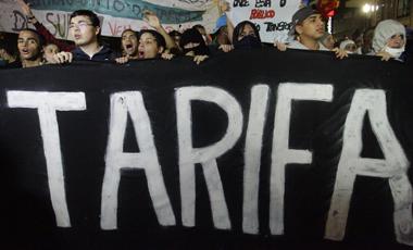 Manifestantes brasileños contra el alza en la tarifa de transporte, en junio pasado.